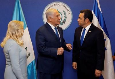 Премиерът на Израел Бенямин Нетаняху и президентът на Гватемала Джими Моралес на откриването СНИМКА: Ройтерс
