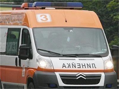 """Две от децата се транспортират с линейки към """"Пирогов"""". Снимка Архив"""
