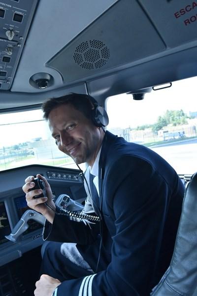 Орлин Павлов успява буквално да влезе в обувките на пилот, като облича униформа, влиза в кабината и дори говори по радиостанцията. СНИМКИ: ФОТОКРЕДИТ НА ПРОДУКЦИЯТА