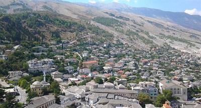 Така изглежда Гирокастра, сниман от цитаделата. Вляво на снимката една до друга са джамията и православната черква. Вдясно на заден план са голите планински хълмове. СНИМКИ: АВТОРЪТ