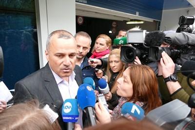 Началникът на шесто РПУ Иван Пепелджийски говори пред сградата на телевизията. СНИМКА: Пиер Петров