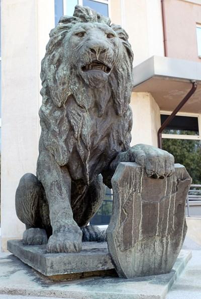 Лъвът с щит с карта на Санстефанска България пред входа на Националния военноисторически музей. СНИМКА: Румяна Тонeва