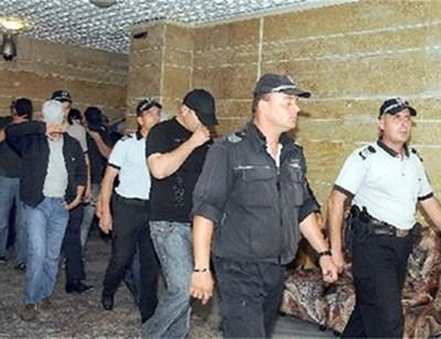 Обвиняемите полицаи остават в ареста в продължение на 6 месеца.