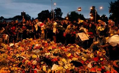 Хора в Крайстчърч сложиха цветя пред една от джамиите в града, където Брентър Тарант уби невинни СНИМКА: Ройтерс