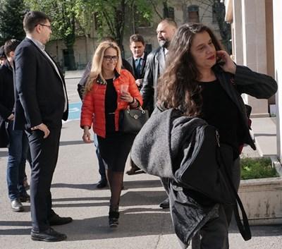Десислава Иванчева и Биляна Петрова дойдоха в добро настроение в спецсъда.  СНИМКИ: ДЕСИСЛАВА КУЛЕЛИЕВА