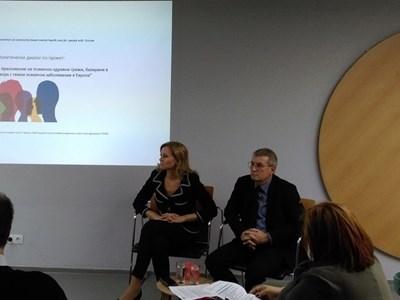 Здравният зам.-министър Светлана Йорданова участва в експертна среща по проекта и каза, че в разработваната в момента национална стратегия за психично здраве е залегнала патронажната грижа и създаването на мобилни екипи, които да работят в общността.