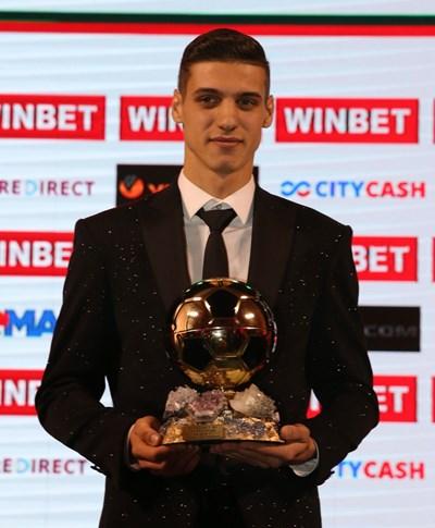 Кирил Десподов със златната си топка за футболист №1 на България за 2018 г.