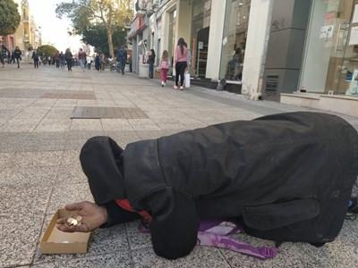 Просяк е протегнал ръка в центъра на Пловдив. Снимки: 24plovdiv.bg