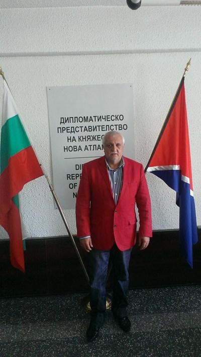 Баланов е превърнал офиса си в София в първото задгранично представителство на Нова Атлантида. Вдясно е флагът на новата държава.