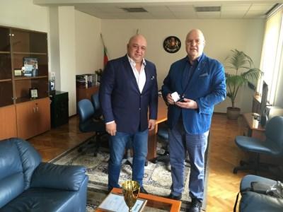 """Шефът на комисията по футзал Александър Александров (вдясно) планира в близко бъдеще среща със спортния министър Красен Кралев. СНИМКА: """"РАЗВИТИЕ"""""""