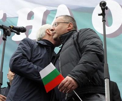 Лютви Местан прегърна Сергей Станишев, след като лидерът на БСП се извини на членовете и симпатизантите на ДПС за възродителния процес. СНИМКА: РУМЯНА ТОНЕВА