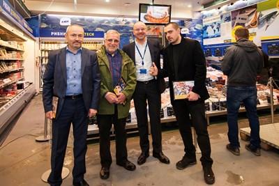 """Главният изпълнителен директор на """"Метро България"""" Атила Йенсен поздрави Антон Атанасов, Ленко Манахилов и  Георги Везев, ръководител сектор """"Ултра свежи продукти"""" (отляво надясно). Те бяха отличени от компанията за работата през годините, в които съществува рибният отдел."""