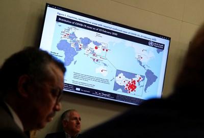 Картата показва разпространението на случаи на коронавирус (COVID-2019) в целия свят към 22 февруари 2020 г. Тя се вижда на телевизор по време на пресконференция на Световната здравна организация (СЗО) за състоянието на коронавируса в Женева, Швейцария. Снимка: Ройтерс