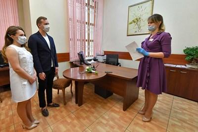 Двойка включва граждански брак по време на пандемията в Москва Снимка: Ройтерс