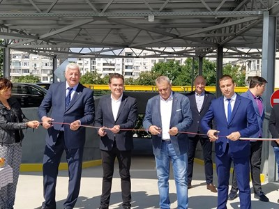 Здравко Димитров, Пламен Райчев, Александър Държиков и Димитър Колев прерязаха лентата на многоетажния паркинг. Снимки: Авторът