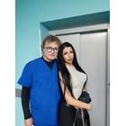 Миткова се гушка с главния герой д-р Захариев