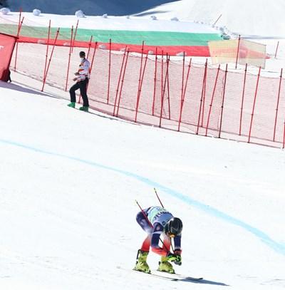 Българският скиор Косьо Стоилов, който завърши 24-и в супергинатския слалом, финишира на фона на огромния национален флаг. СНИМКА: Бончук Андонов