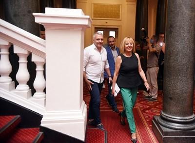 Мая Манолова и Николай Хаджигенов влязоха усмихнати на преговорите с ИТН във вторник, но излязоха без настроение.