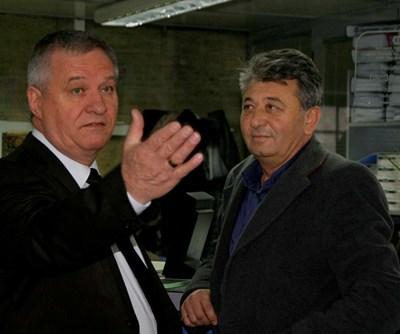 Адвокат Йордан Давчев /вляво/ със свой клиент.