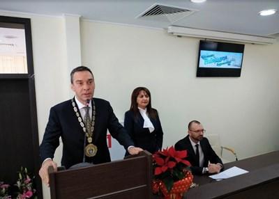 Кметът Димитър Николов поздравява бургазлии от празничната сесия на общинския съвет, после излезе сред тях на площада.