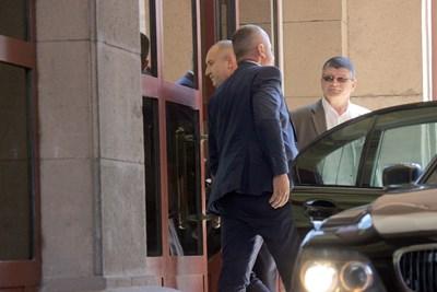Румен Радев влиза в президентството, докато вътре разследващите претърсват кабинетите.  СНИМКИ: РУМЯНА ТОНЕВА