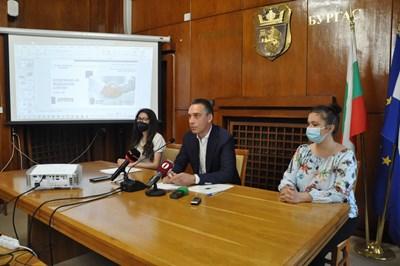 Кметът Димитър Николов и представители на компанията, дарила софтуера, обясняват  как ще изглежда здравното досие.