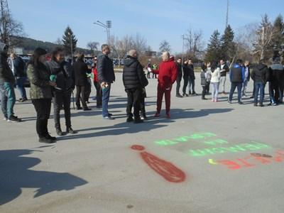 Протестиращите срещу окаяното състояние на улиците, оставяха послания по надупчения асфалт със спрейове СНИМКА: Дима Максимова