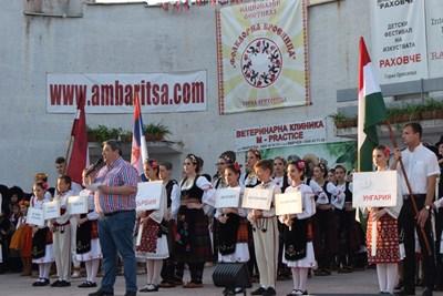 Кметът инж.Добромир Добрев приветства малките танцьори