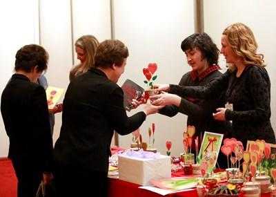 Благотворителният щанд в парламента отвори два дни преди празника на влюбените - 14 февруари. СНИМКА: Велислав Николов