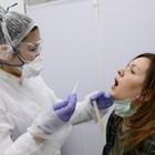 Руска лаборантка взема проба за тест за вируса.