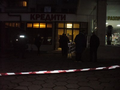 Огледът в офиса на фирмата за кредити в центъра на Стара Загора, където бе убит Стамбето, продължи и по тъмно тази вечер. Снимка Ваньо Стоилов