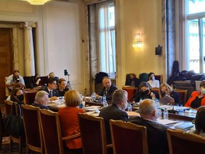 Депутатите на първото заседание на правната комисия на парламента.