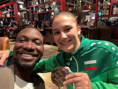 Моузес Налока заедно с Ивет Горанова след спечелването на златото.