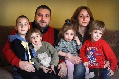 Синът на Славчо Пеев - Петър, заедно с жена си Алис и четирите им деца СНИМКИ: АРХИВ