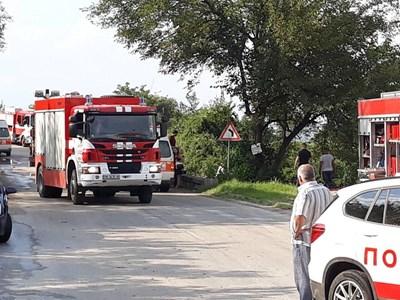 Все още е затворен пътят между Брестник и Куклен, където стана инцидентът. Струпани са пожарни и полицейски коли. Снимка 24 ЧАСА