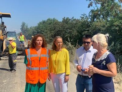 Областният управител Дани Каназирева (с жълтата блуза) и кметът на Хисаря Пенка Ганева (вдясно) инспектираха ремонта.