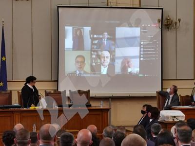 Петима депутати се заклеха дистанционно заради COVID. Сред тях бе и Слави Трифонов СНИМКИ: Йордан Симеонов СНИМКА: 24 часа