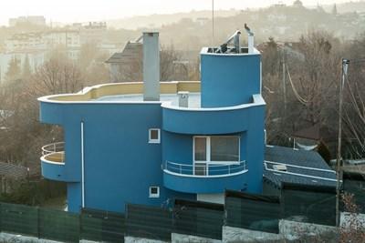 Разследващите са снимали къща на един от задържаните като член на бандата във Варна. СНИМКИ: МВР