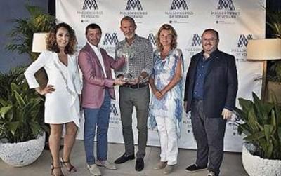 Принц Кирил получава наградата от председателя на туристическата камара на Майорка Тони Ферер. Вдясно е новата му приятелка Катрин Бътлър.