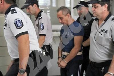 Водят надзирателя Георги Доков към съдебната зала  СНИМКА: Авторът СНИМКА: 24 часа