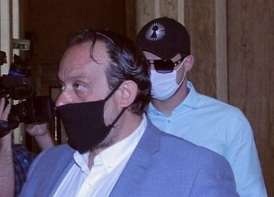 Георги Иванов ( с шапката и очилата) дойде в съда с адвоката си Васил Крумов (на преден план)