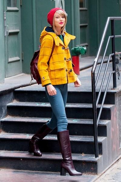 Тейлър Сюифт с жълто палто дюфел.