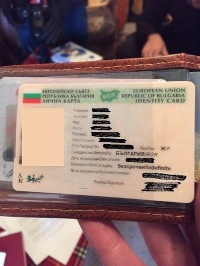 Личната карта на починала жена, която бандитите са ползвали, за да теглят парите й.