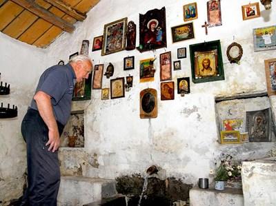 Чешмата на аязмото е в стая, в която са подредени икони - дар от оздравелите. СНИМКА: Атанас Кънев