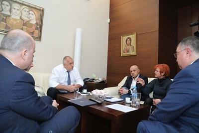 Премиерът Бойко Борисов извика спешно социалния министър Бисер Петков, управителя на НОИ Ивайло Иванов и синдикалисти.