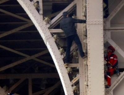 Айфеловата кула е отцепена заради мъжа, който се катери по фасадата й  СНИМКИ: Ройтерс