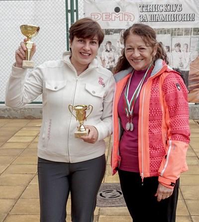 Десислава Кулелиева (вляво) и Катерина Петрова с купите си  СНИМКА: ЕЛЕНА АНДОНОВА