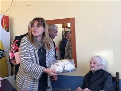 Народният представител Даниела Димитрова и столетничката Йорданка. Снимка: Авторът