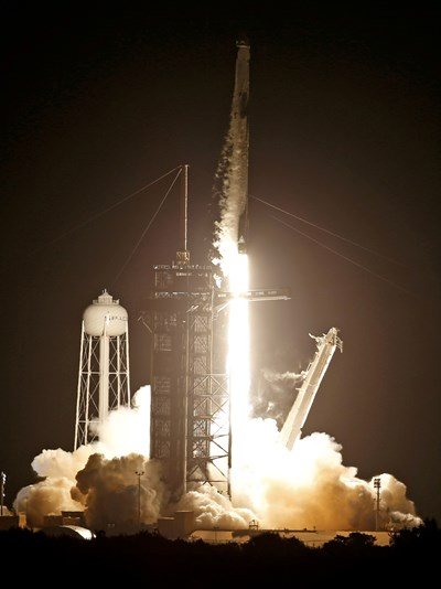 Ракетата с цивилния екипаж излита от космодрума във Флорида. СНИМКИ: РОЙТЕРС