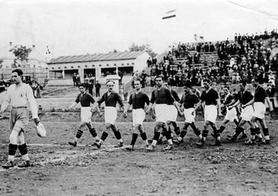 Българите при тържественото откриване на турнира в Белград. Начело е вратарят Ради Мазников, а крайният вляво в първата редица - капитанът Асен Пешев. На снимката липсва знаменосецът Тодор Дермонски.